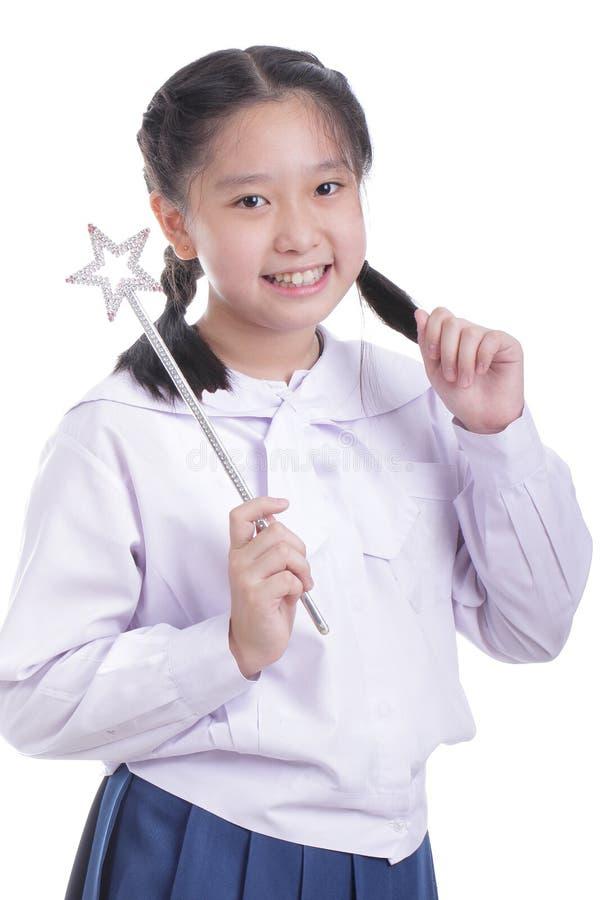 Bacchetta di magia della tenuta della ragazza dello studente immagini stock