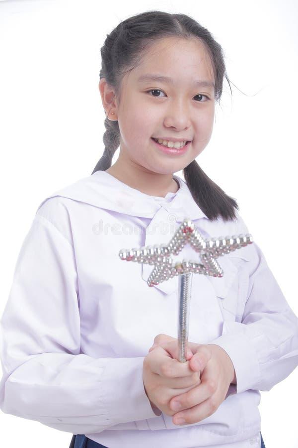 Bacchetta di magia della tenuta della ragazza dello studente immagine stock libera da diritti