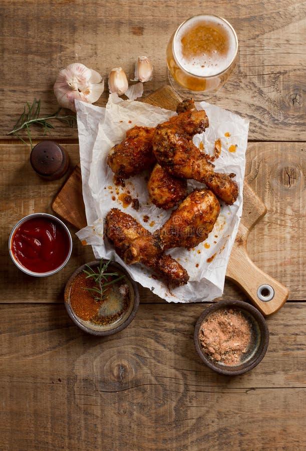 Bacchetta di pollo (griiled) arrostita sul tagliere fotografia stock libera da diritti