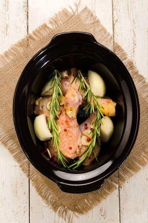 Bacchetta di pollo marinata in un fornello lento fotografia stock