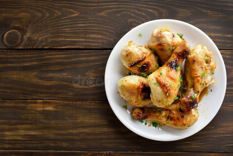 Bacchetta di pollo sul piatto bianco immagini stock