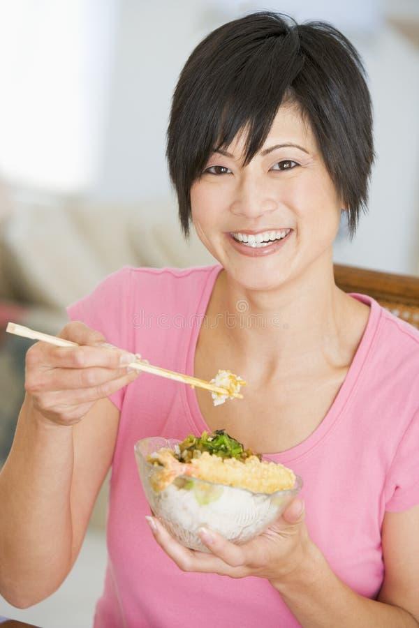 bacchette che mangiano le donne di mealtime del pasto immagini stock