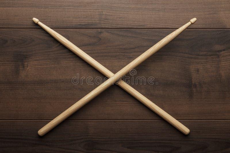 Bacchette di legno attraversate sulla tavola di legno immagini stock libere da diritti