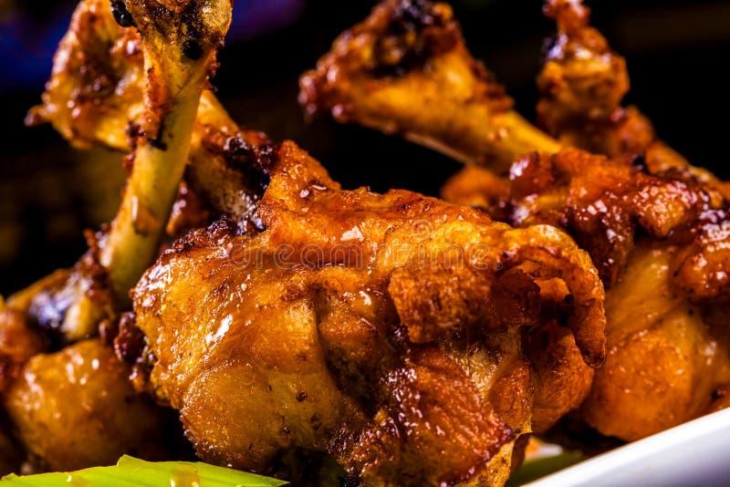 Bacchette di pollo arrostite con salsa fotografia stock libera da diritti