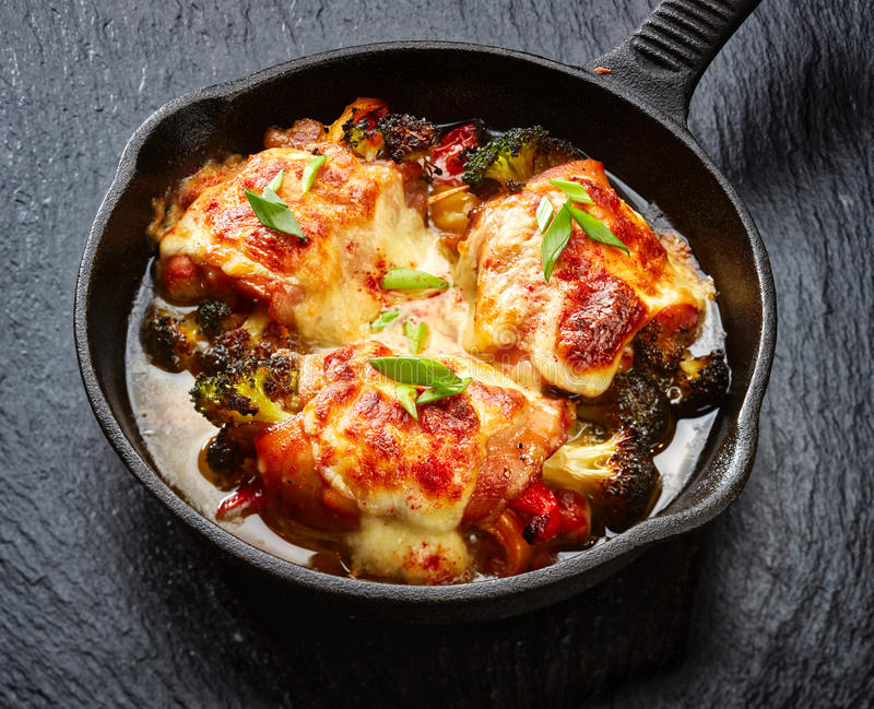 Bacchette di pollo arrostite farcite con le verdure fotografia stock