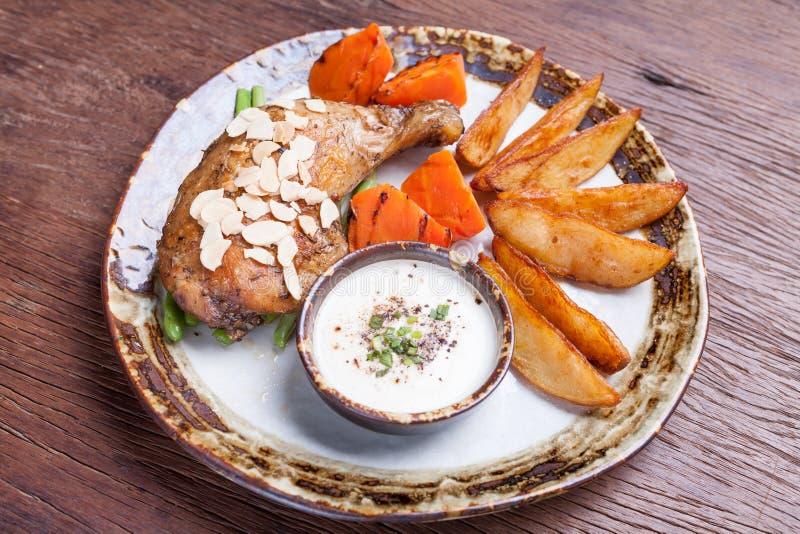 Bacchette di pollo fritto con le patate fritte, carota sul piatto immagine stock