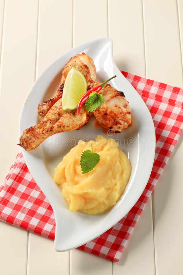 Bacchette di pollo piccanti e purè di patate immagine stock libera da diritti