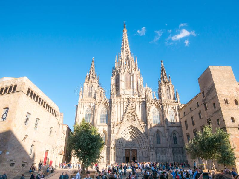 Bacelona, Spanje Mei 2019 Facade and bell tower of St Croix of Santa Eulalia cathedral in Barcelona, Spanje Een populaire mijlpaa royalty-vrije stock foto