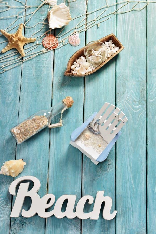 Bacground d'été avec des accessoires de plage sur le conseil en bois bleu photos libres de droits