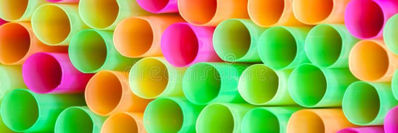 Ζωηρόχρωμα πλαστικά άχυρα στοκ εικόνες