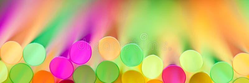 Ζωηρόχρωμα πλαστικά άχυρα στοκ εικόνα