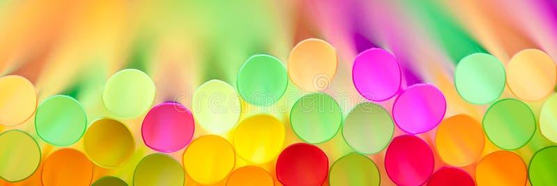 Ζωηρόχρωμα πλαστικά άχυρα στοκ φωτογραφίες