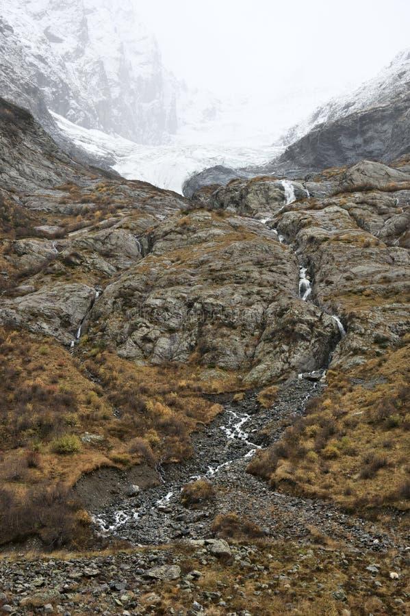 Bach auf Berghang lizenzfreies stockfoto