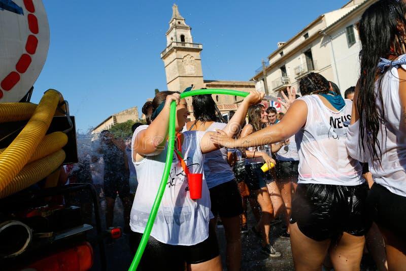 Bachanci podczas wody zwalczają w Santa Maria w Mallorca zdjęcie stock