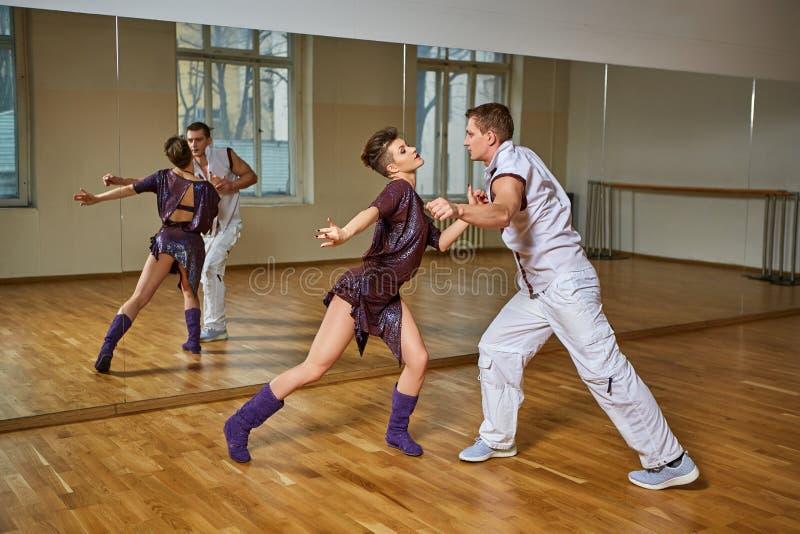 Bachata bonito da dança dos pares no estúdio da dança imagem de stock royalty free