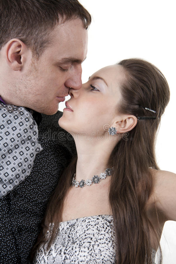 Baci amorosi delle coppie immagine stock