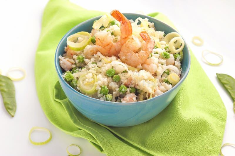 Bacia azul de arroz e camarões e vegetais fotos de stock royalty free