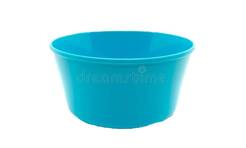 Bacia azul plástica vazia no fundo branco isolado com clippi foto de stock
