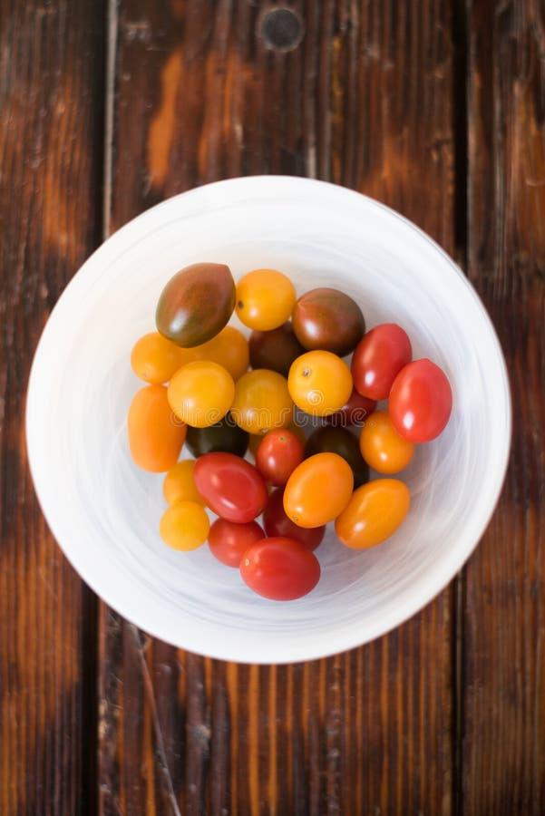 Bacia branca de Cherry Tomatoes Multi-colorido fotografia de stock