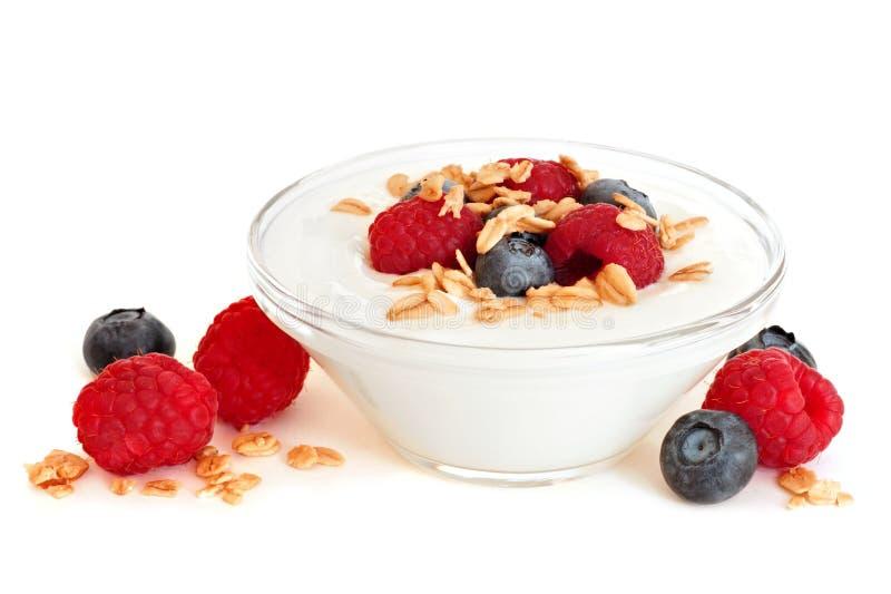 Bacia clara de iogurte com framboesas, mirtilos sobre o branco foto de stock