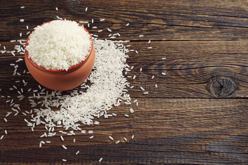 Bacia com arroz na tabela imagens de stock royalty free