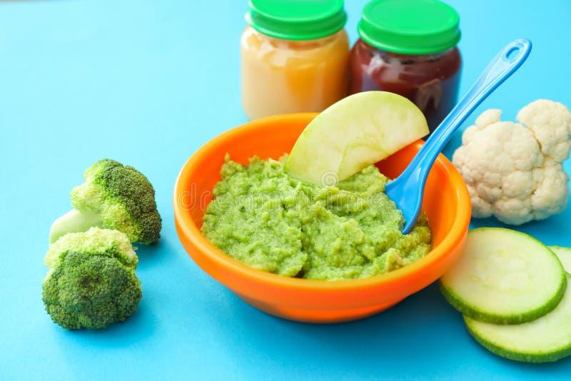 Bacia com comida para bebê saudável na mesa de cozinha fotos de stock royalty free