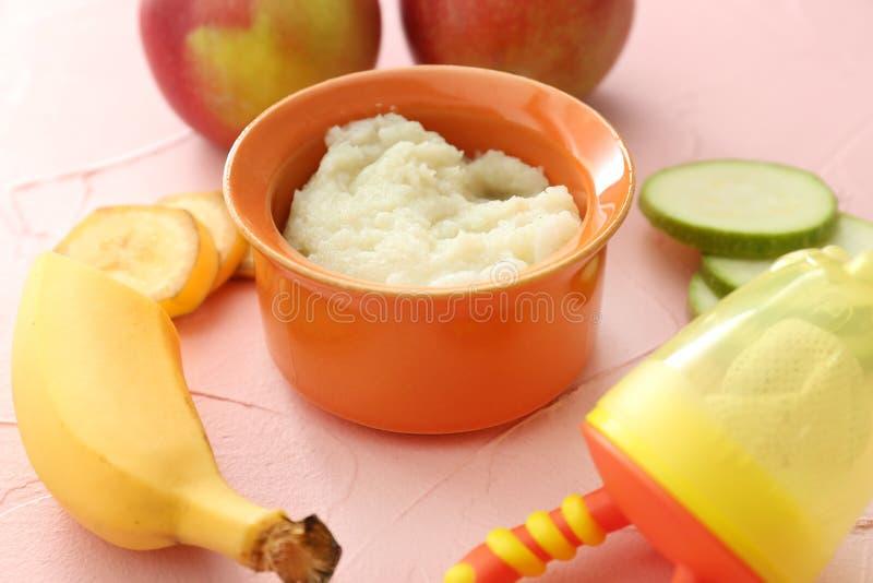 Bacia com comida para bebê saudável na mesa de cozinha imagens de stock