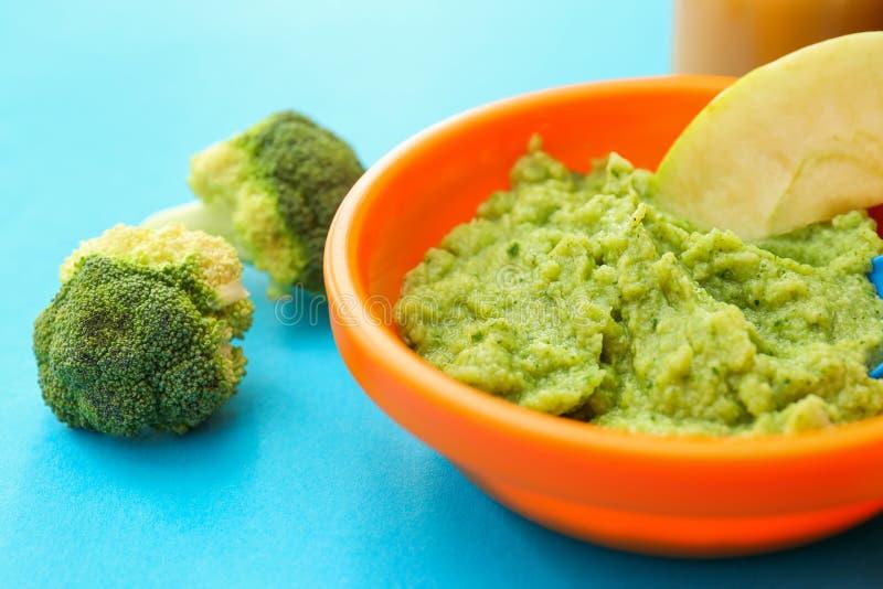 Bacia com comida para bebê saudável na mesa de cozinha, close up imagens de stock