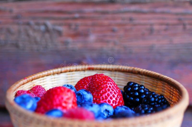 Bacia com frutas da floresta fotografia de stock royalty free