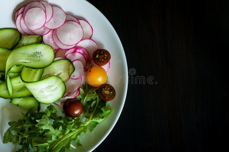 Bacia com os ingredientes para a salada imagem de stock royalty free