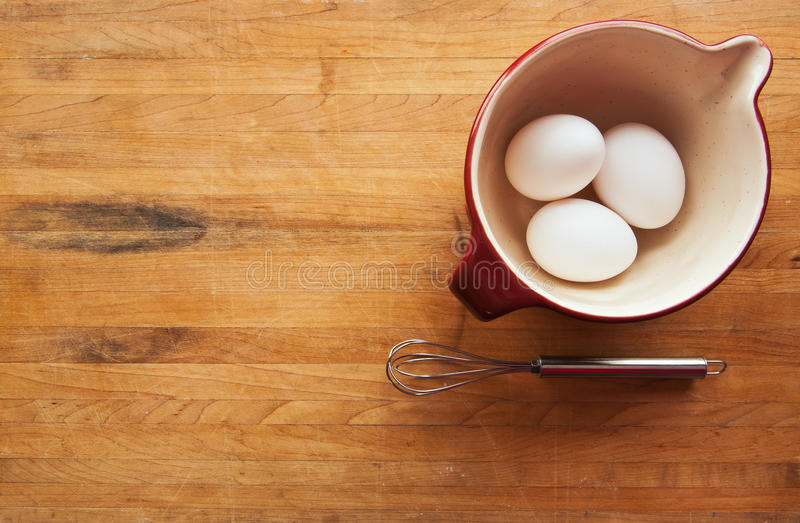 A bacia com ovos e whisk no carniceiro fotos de stock