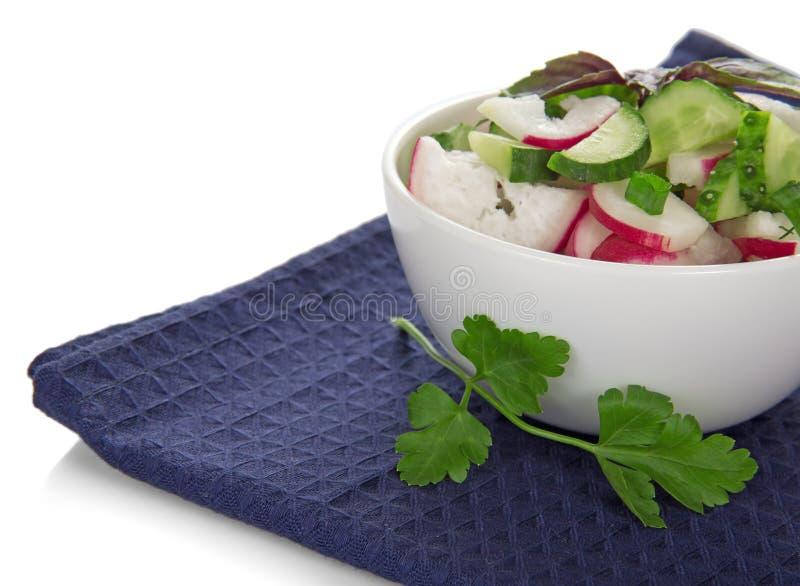 Bacia com salada e um ramo da salsa foto de stock royalty free