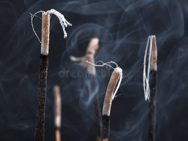 Bacia com varas do incenso fotos de stock
