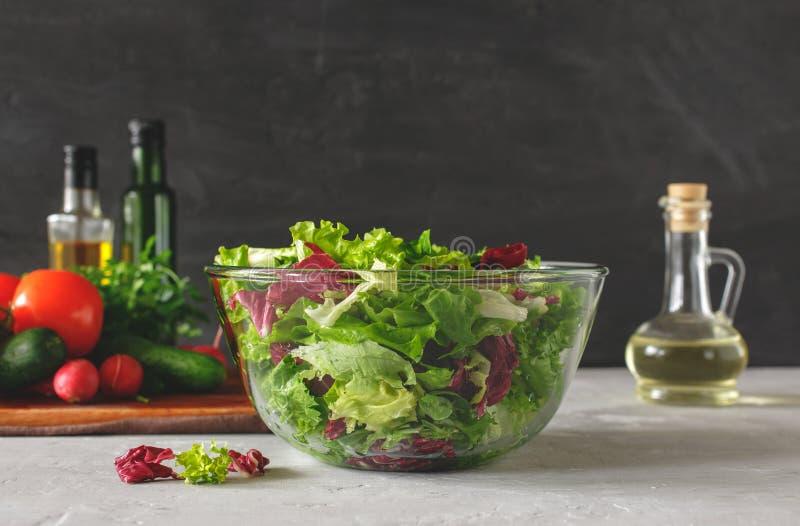 Bacia completa de fim fresco da salada verde acima foto de stock