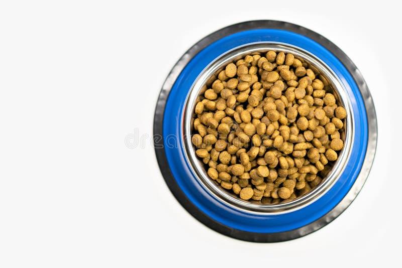Bacia completamente com alimento de cão de estimação seco imagens de stock