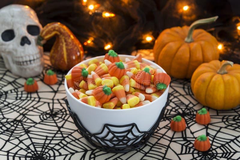 Bacia completamente de milho de doces em um tema de Dia das Bruxas foto de stock