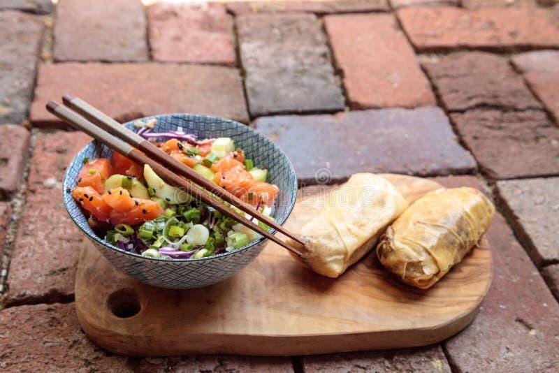 Bacia crua do puxão dos salmões com arroz fotografia de stock royalty free