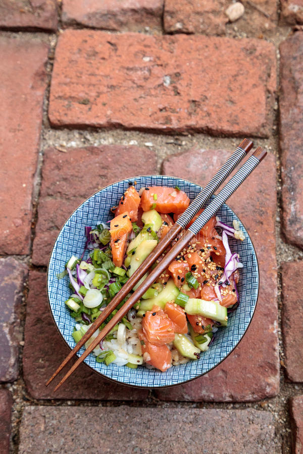 Bacia crua do puxão dos salmões com arroz fotografia de stock
