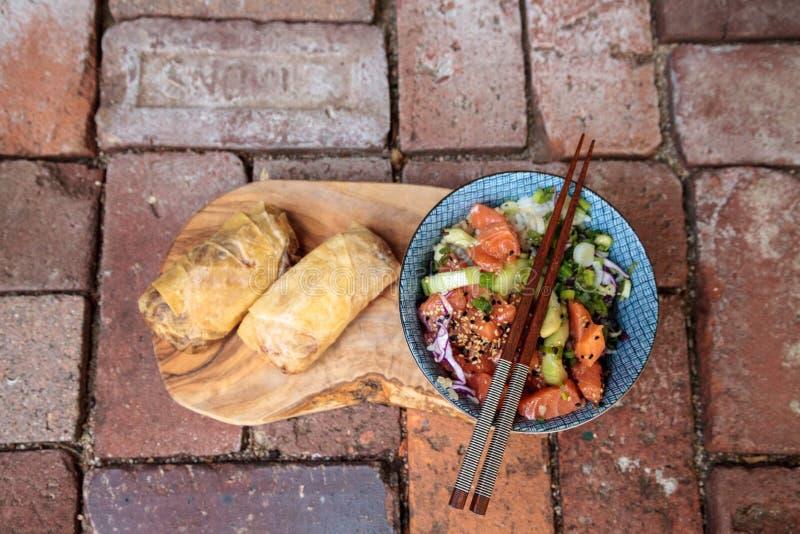 Bacia crua do puxão dos salmões com arroz imagens de stock royalty free