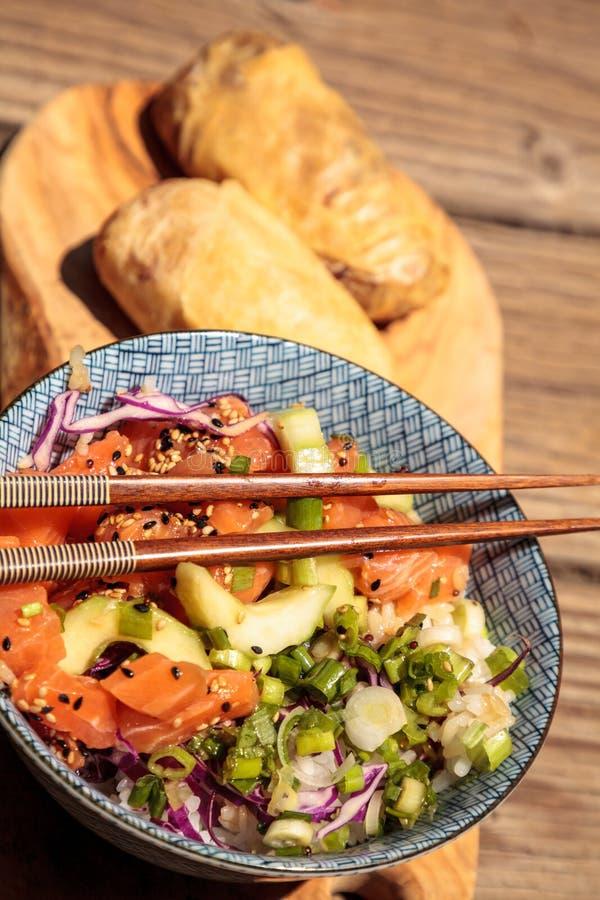 Bacia crua do puxão dos salmões com arroz foto de stock royalty free