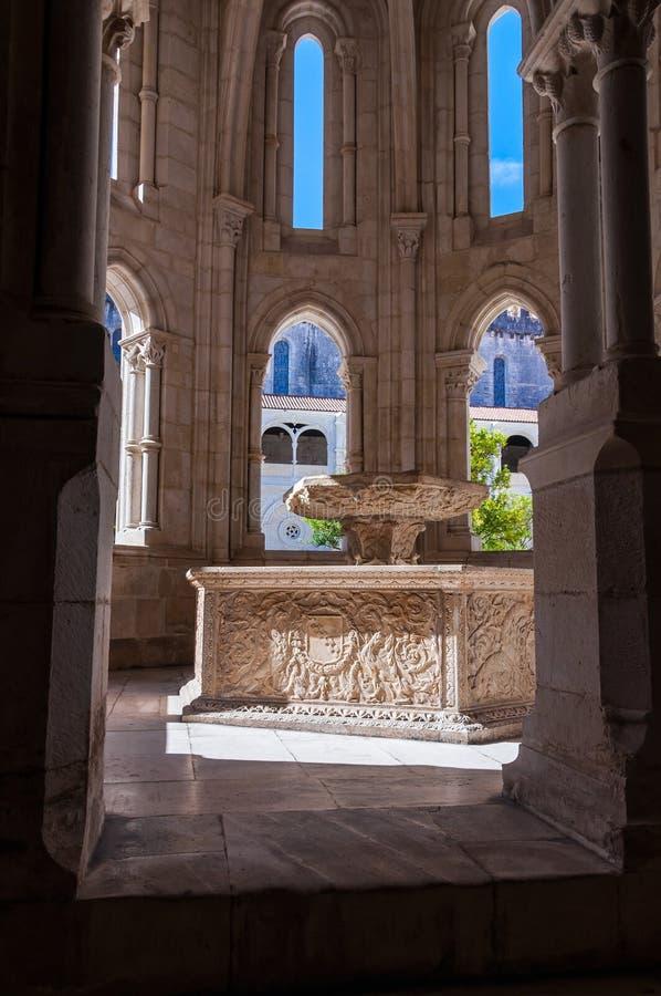 Bacia da água do renascimento no monastério de Alcobaca imagem de stock