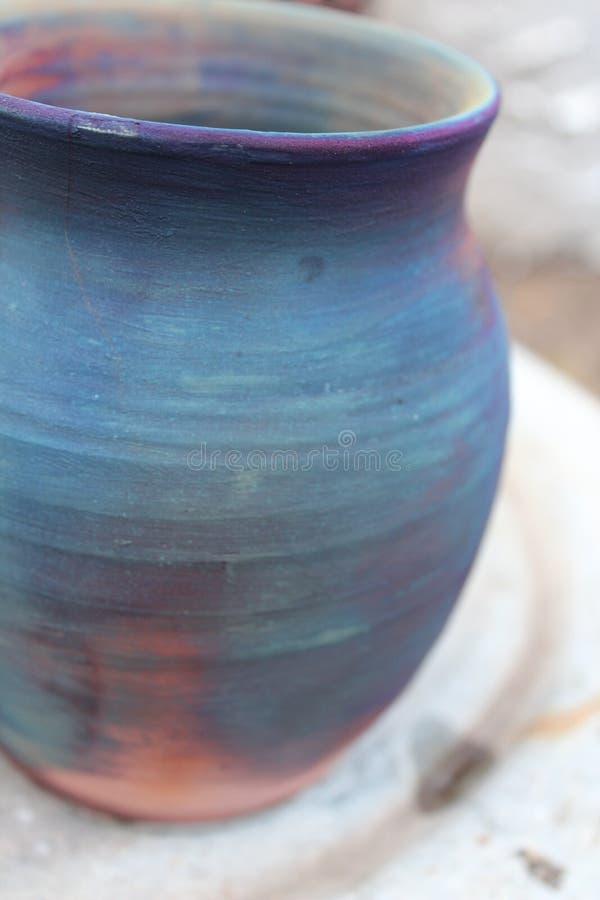 Bacia da argila coloridamente foto de stock