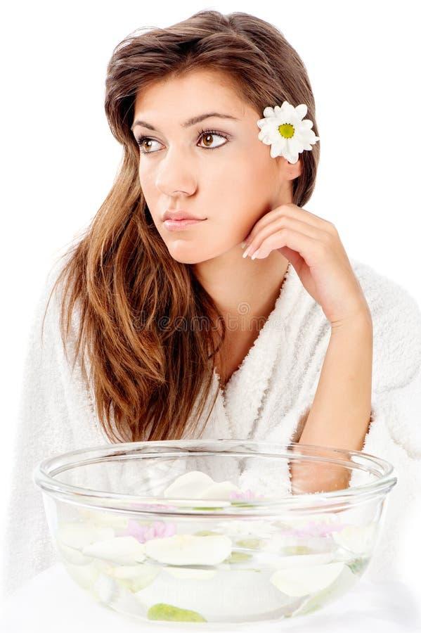 Bacia da aromaterapia e mulher da morena fotografia de stock