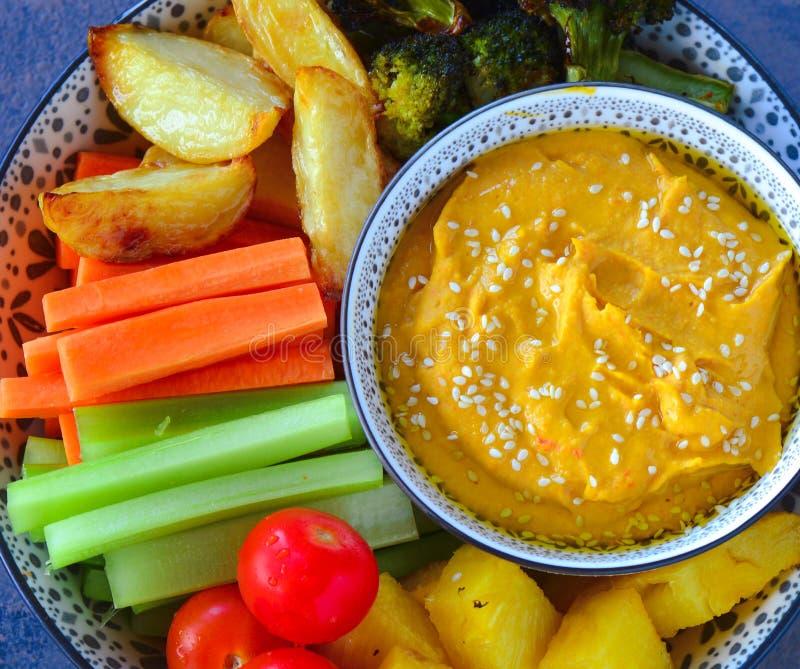 A bacia da bandeja de Levantine serviu com salada, hummus e vegetarianos grelhados imagens de stock royalty free