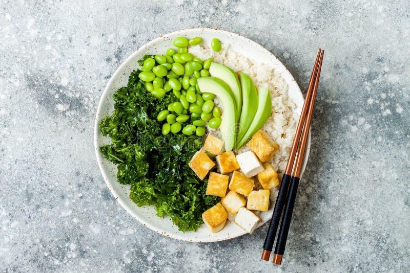 Bacia da Buda do arroz da couve-flor com os feijões feitos massagens da couve, do tofu, do abacate e do edamame Bacia do puxão do foto de stock royalty free