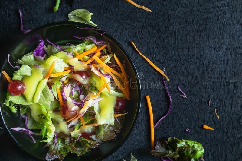 Bacia da salada vegetal no fundo preto fotografia de stock royalty free