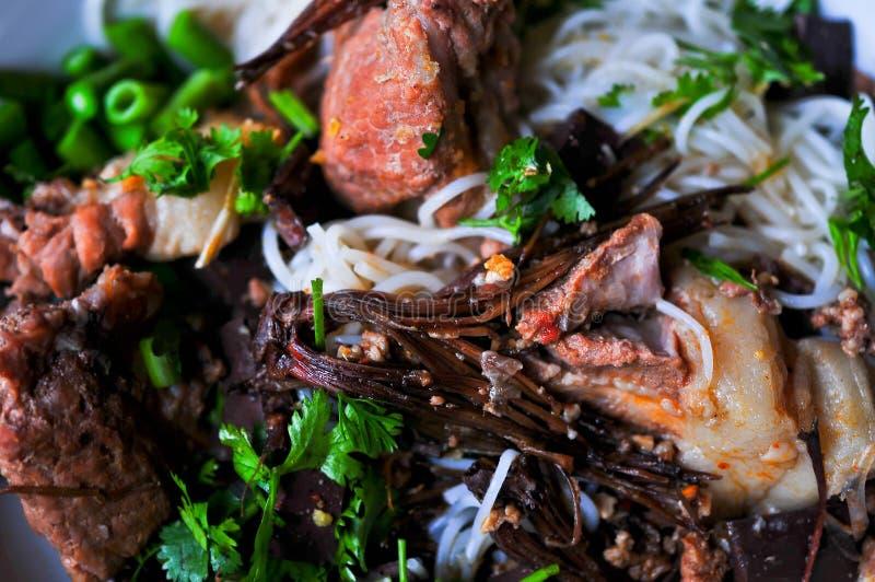 Bacia da sopa de macarronete picante, do norte tradicional do styl de Tailândia fotos de stock