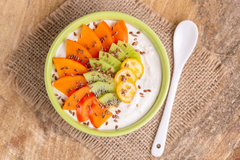 Bacia de Acai com batido, caqui, quivi, kumquat e flaxseeds da baunilha foto de stock royalty free