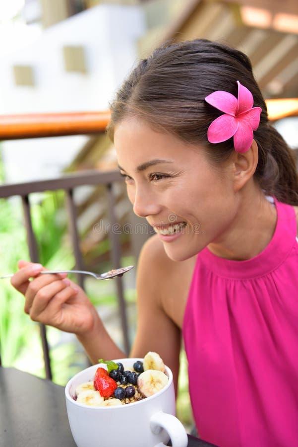 Bacia de Acai - menina que come o alimento saudável fora imagem de stock