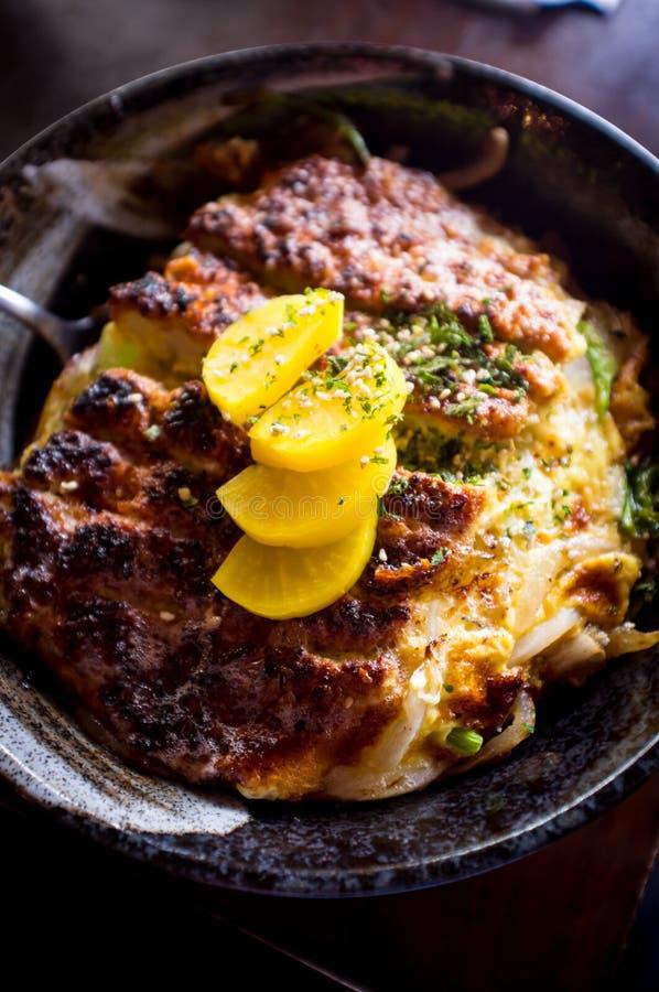 Bacia de arroz de Katsudon da carne de porco imagem de stock